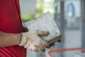 проверяет качество бетона